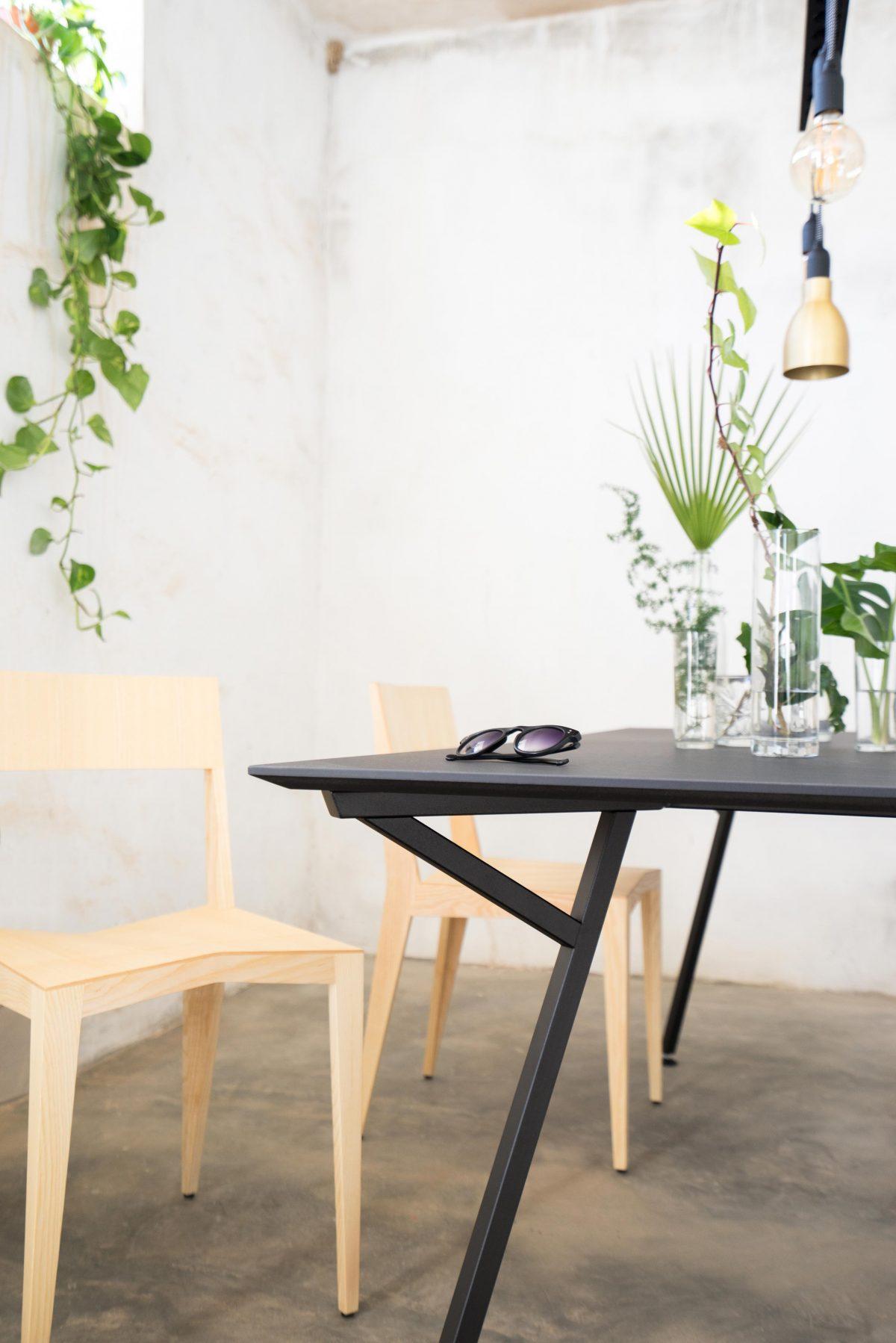 Egon Table / Black Base