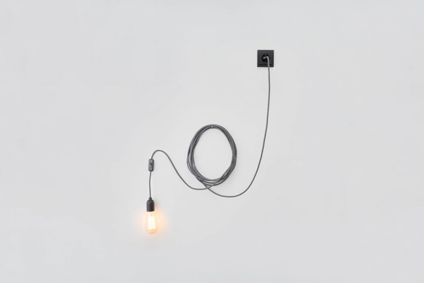 05 MYKILOS LINUS LONG LAMP PENDELLEUCHTE TEXTILE CABLE TEXTILKABEL LANG PLUG IN HANGING LAMP scaled