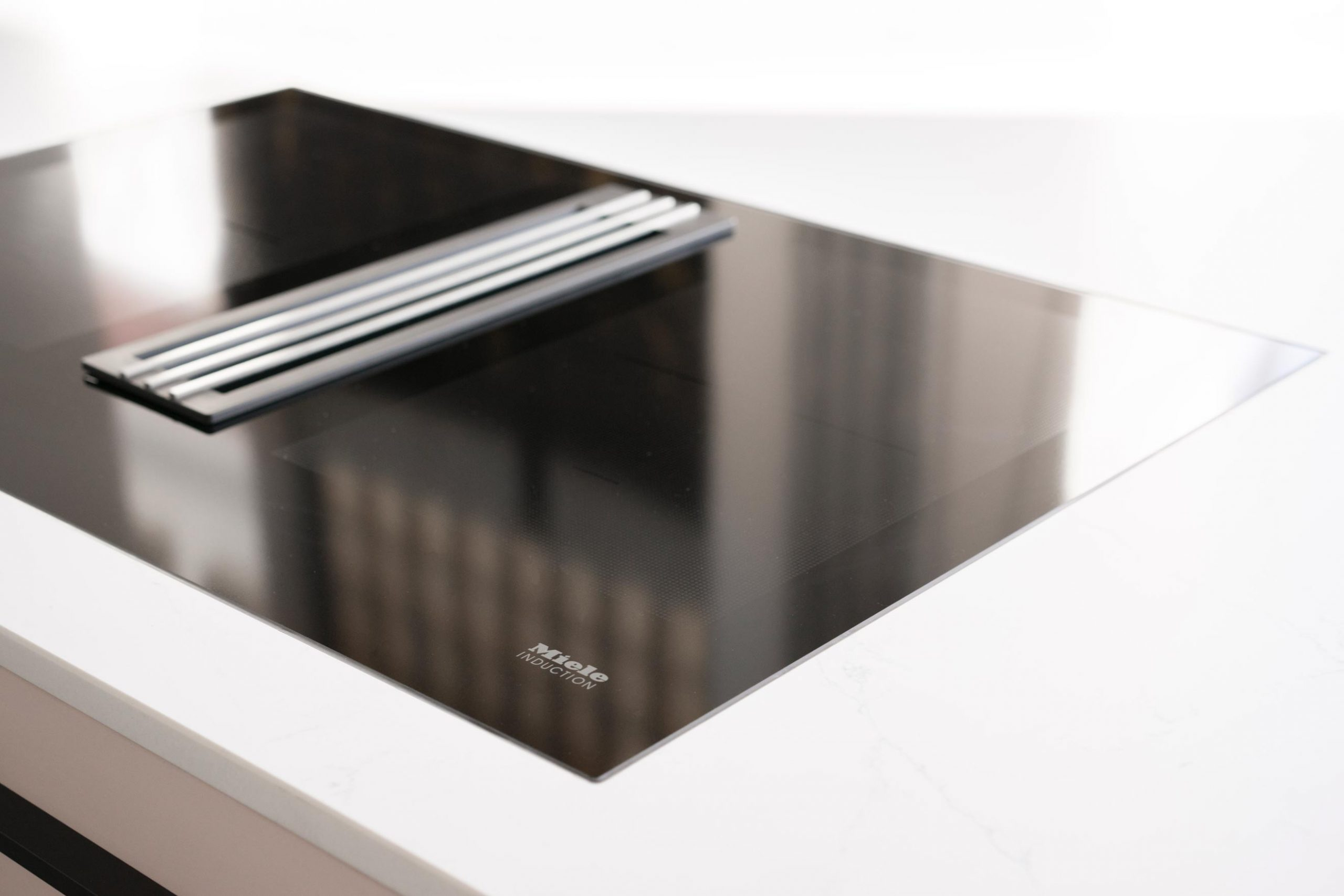Kitchen island by MYKILOS with Miele cooktop