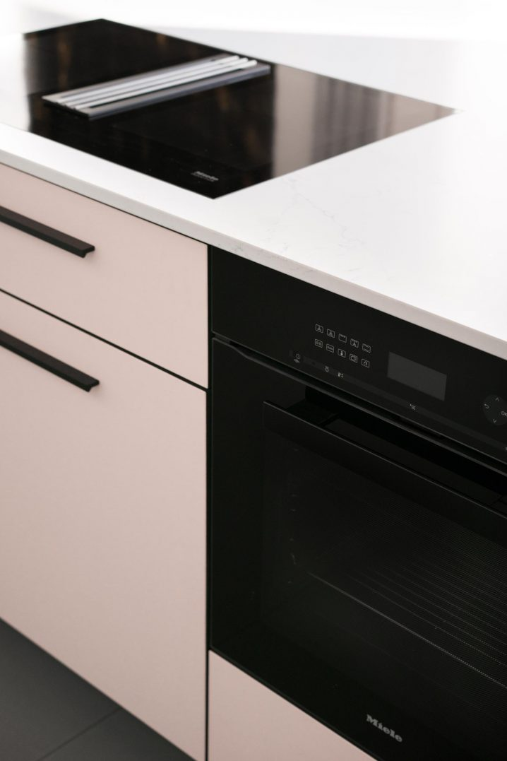 Kitchen island by MYKILOS with Miele cooktop and oven