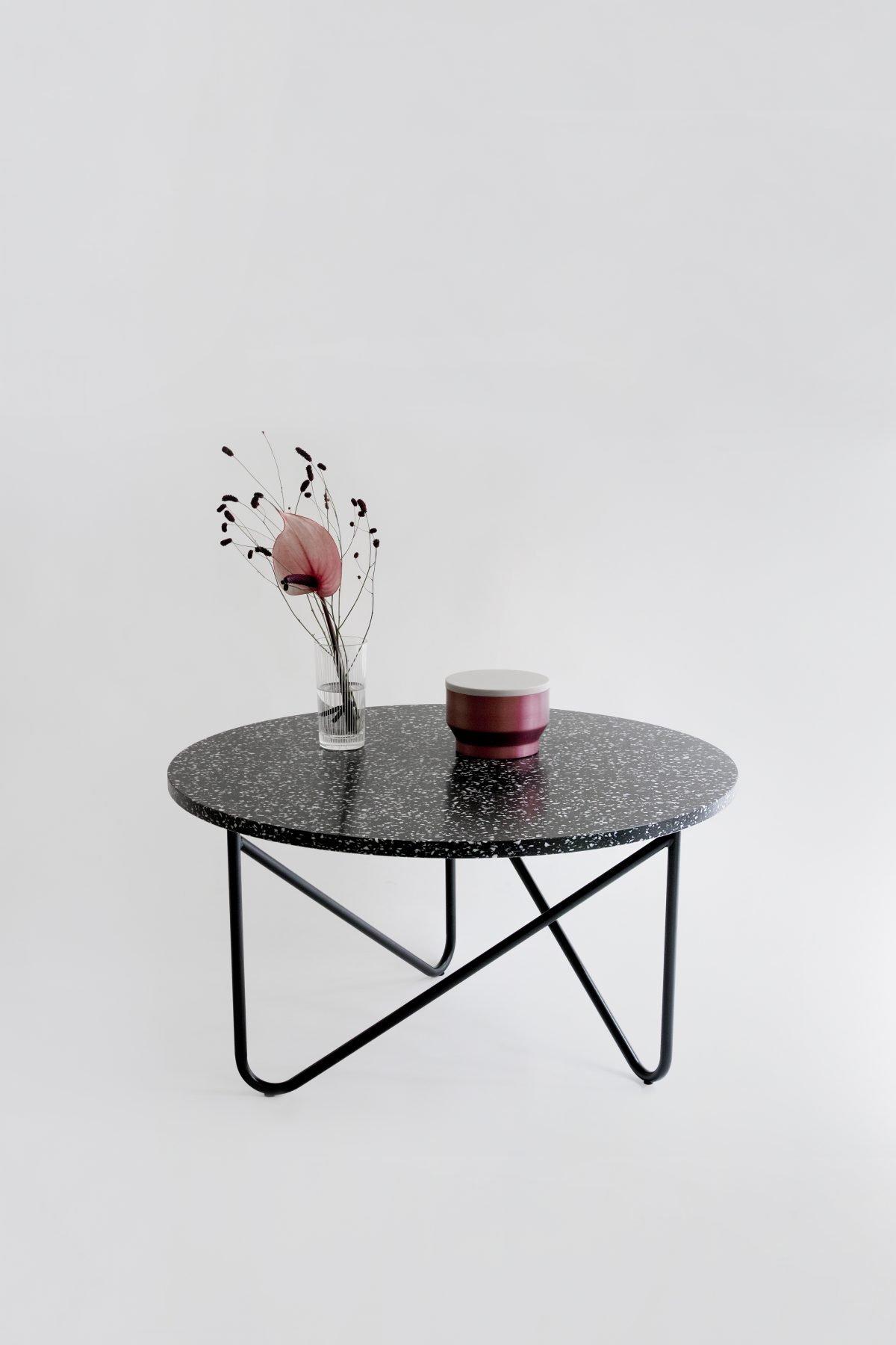 VVV Table / Black Stracciatella - ein lässiger, präziser und stabiler Beistelltisch.