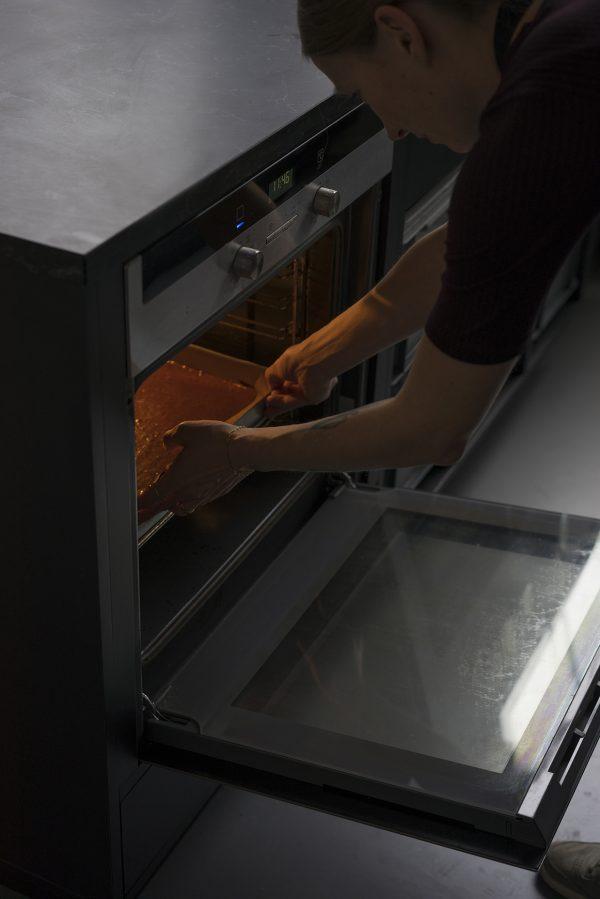 Einlegen der Brownie-Mischung in den Ofen