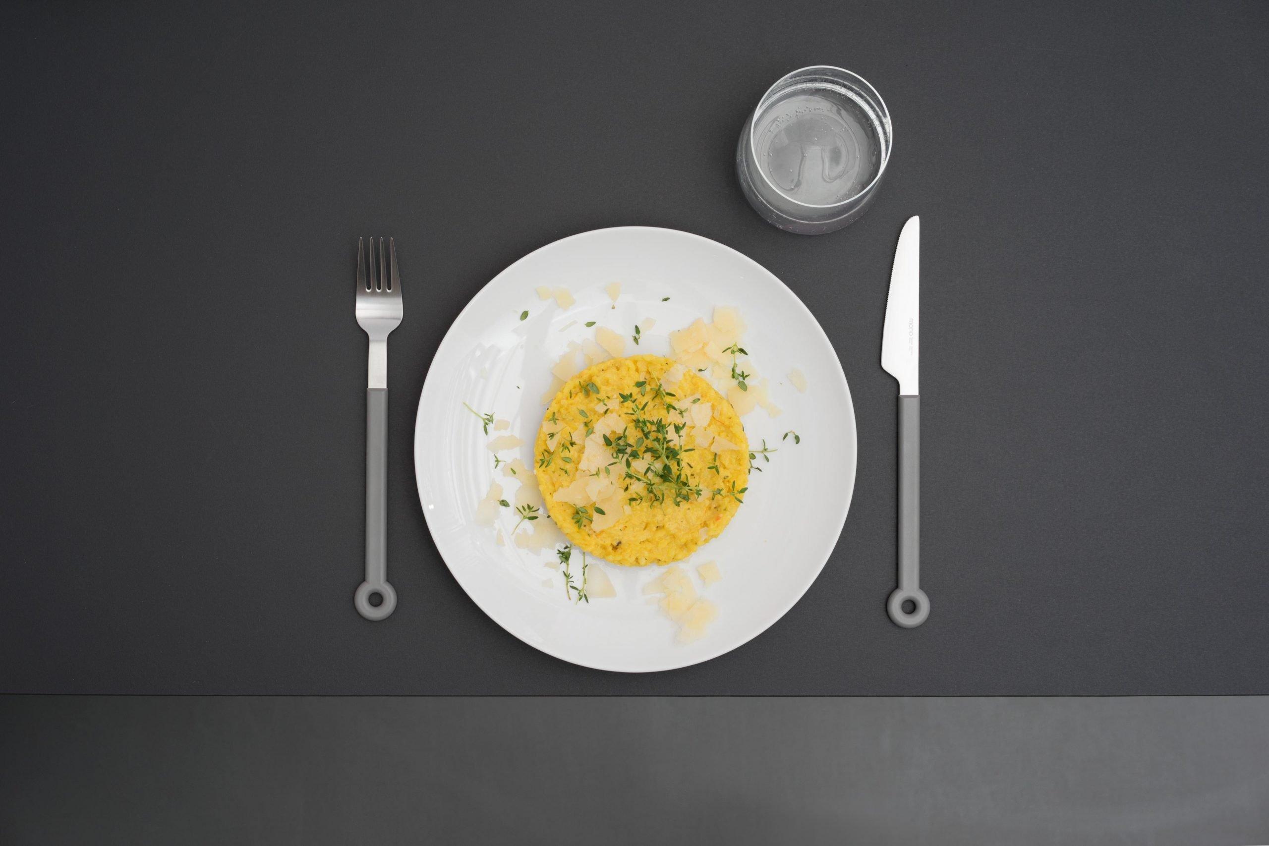 Mit frischen Kräutern und Parmesanflocken garnieren