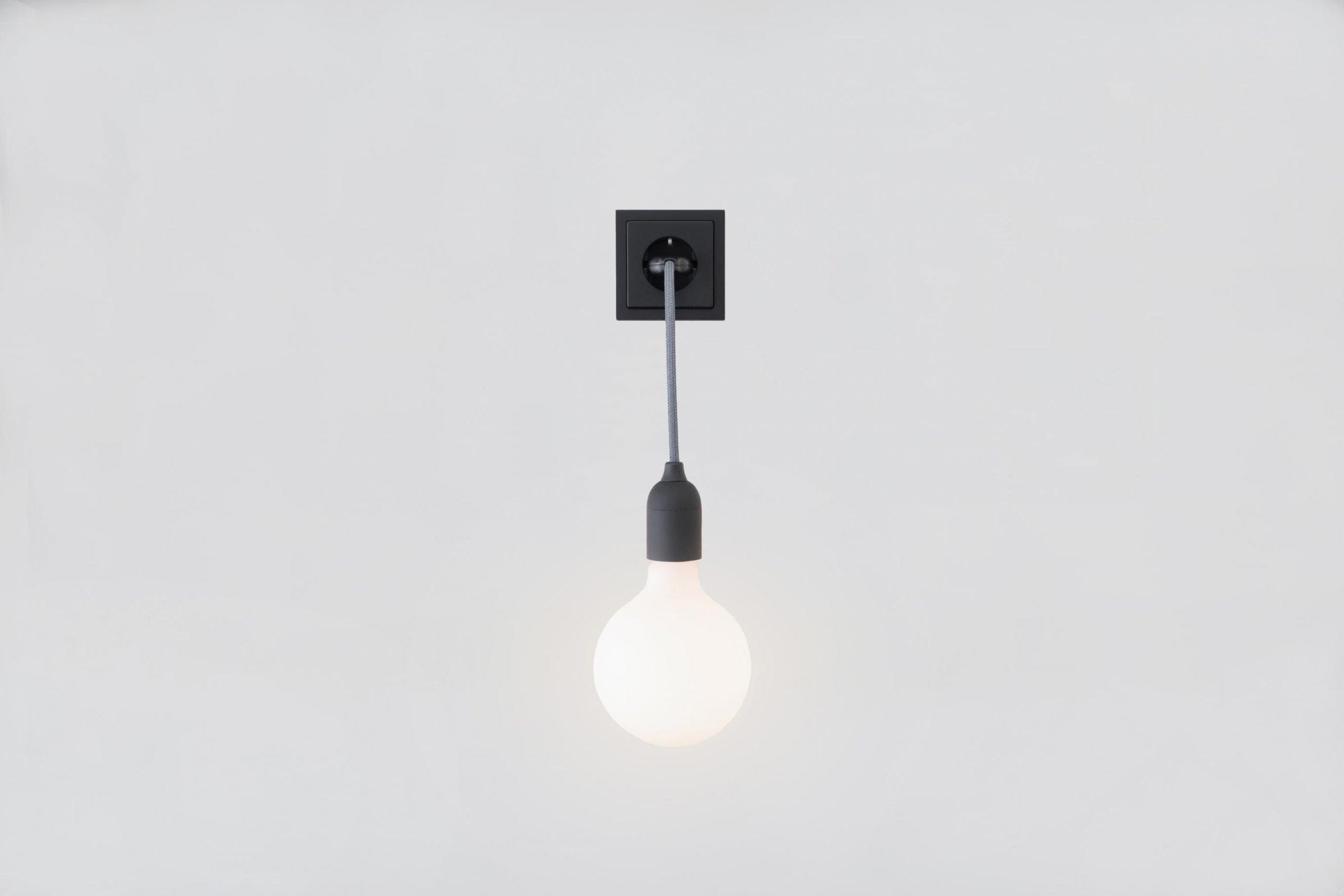 Linus 25 Lampe mit einer LED-Porzellan-Glühlampe