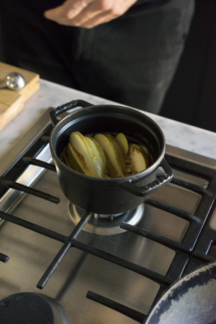 Erhitzen der Birnen für den flaumigen Ricotta-Pfannkuchen-Zusatz - Birnenkompott