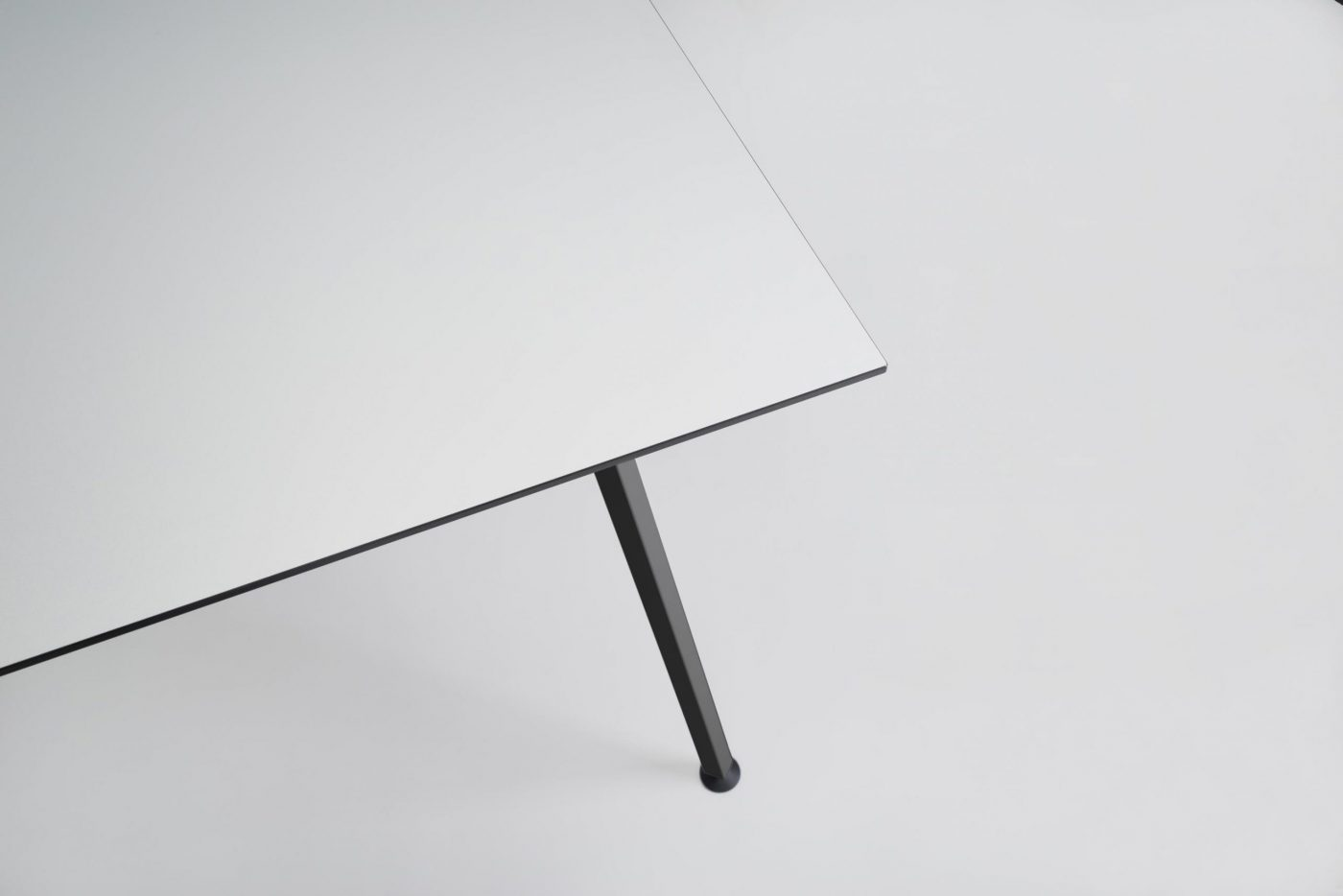 03 EASY TABLE SQUARE BLACK SCHWARZ ROSA GRUEN WEISS WHITE ROSE GREEN HPL LINOLEUM TISCH MODERN MYKILOS scaled